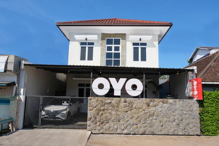 OYO 995 Alice's Homestay Syariah Jember - Facade
