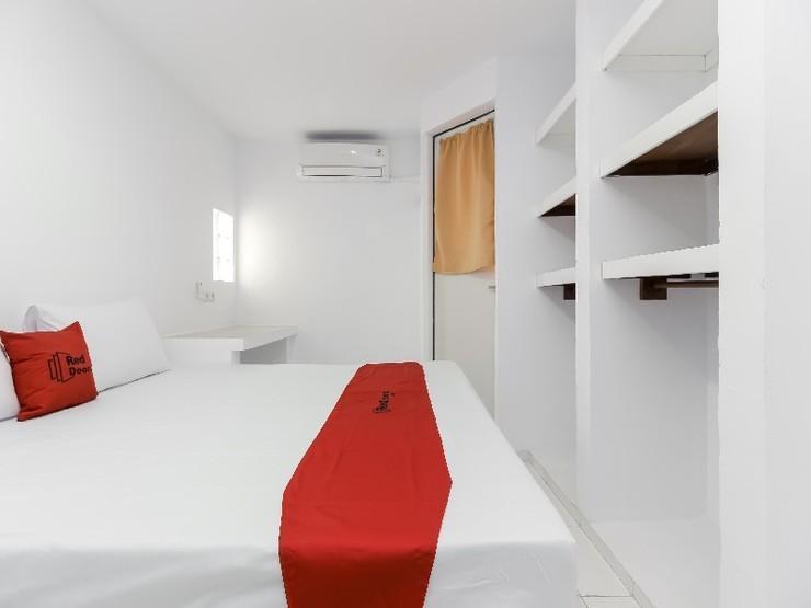 RedDoorz near Margo City Depok - Guestroom