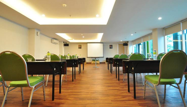 MaxOneHotels at Kramat Jakarta - Meeting room