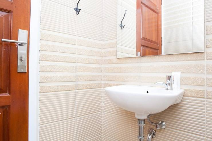 RedDoorz Plus near Pasundan University Bandung - Bathroom