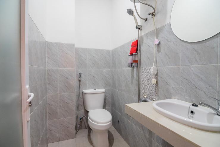 RedDoorz near Stasiun Kota Bogor Bogor - Bathroom