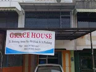Grace Hostel Padang - Depan