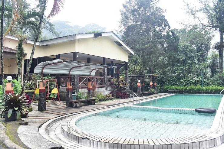 RedDoorz Plus @ Tretes Pasuruan - Kolam Renang