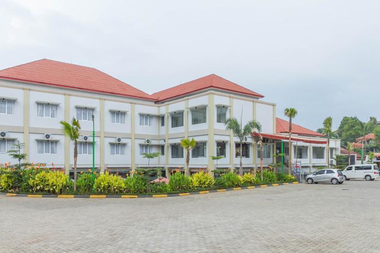 RedDoorz Plus near Jatinangor Town Square 2 Sumedang - Exterior