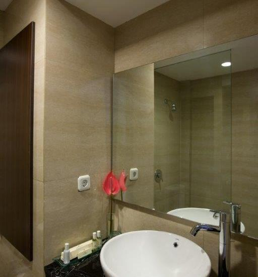 Hotel Santika Kuta Bali - Kamar Mandi Shower