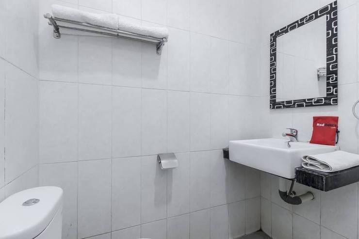 RedDoorz near Gua Sunyaragi Cirebon - Bathroom