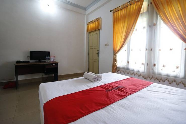 RedDoorz Plus near Kuta Beach Lombok Lombok - Bedroom