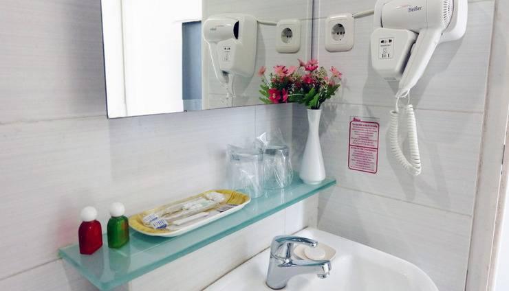 Smart Hotel Jakarta - Kelengkapan dan fasilitas kamar mandi