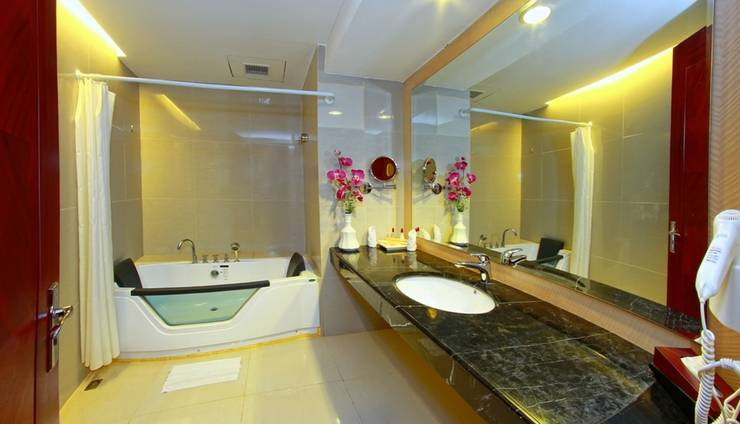 Rocky Plaza Hotel Padang - Junior Suite Bathroom