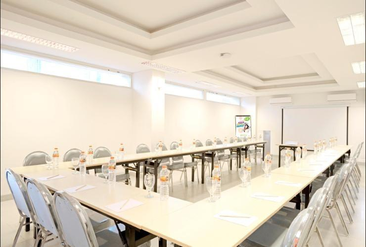 POP Hotel Diponegoro Surabaya - Meeting Room