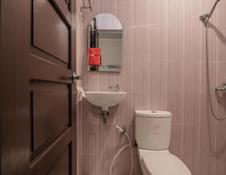 RedDoorz Plus @ Banjarbaru Banjarmasin - Bathroom