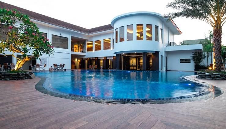 Rattan Inn Banjarmasin - poolside