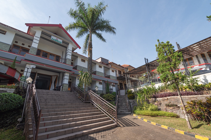 OYO 1339 Sinergi Hotel Tretes Pasuruan - Facade
