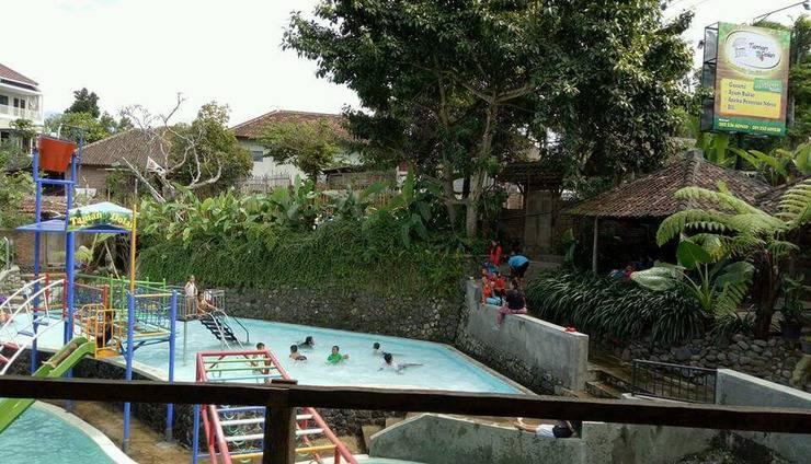 Taman Dolan Homestay Syariah Batu Malang - Pool