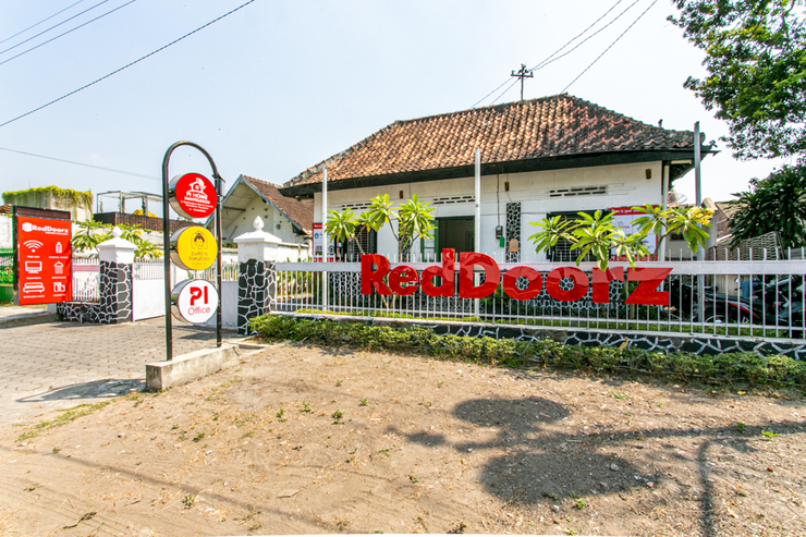 RedDoorz Plus near Taman Sari 2 Yogyakarta - Photo