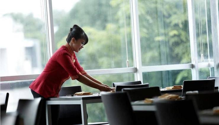 Hotel Santika Makassar - Kafe Kolasi with Model