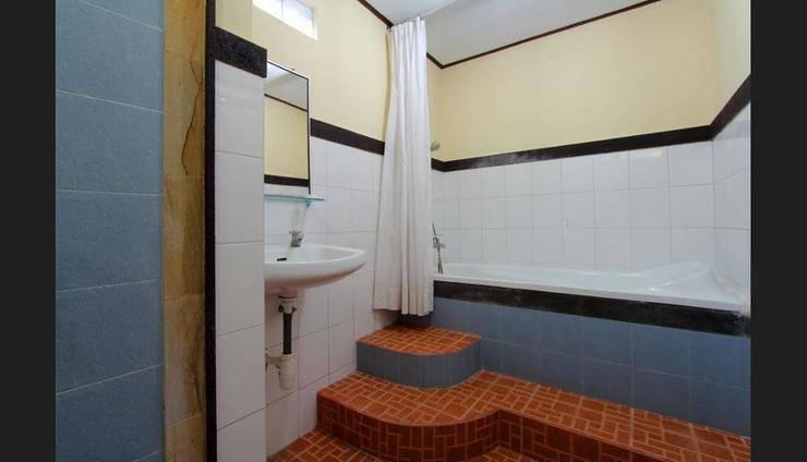 Hotel Jati Sanur Bali - Deep Soaking Bathtub