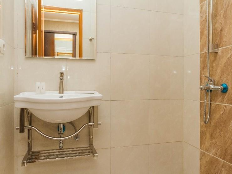 RedDoorz Plus @ Dipatiukur Bandung - Bathroom