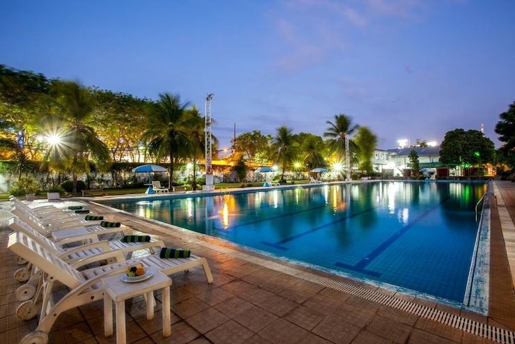 Surabaya Suites Hotel Plaza Boulevard - Outdoor Pool