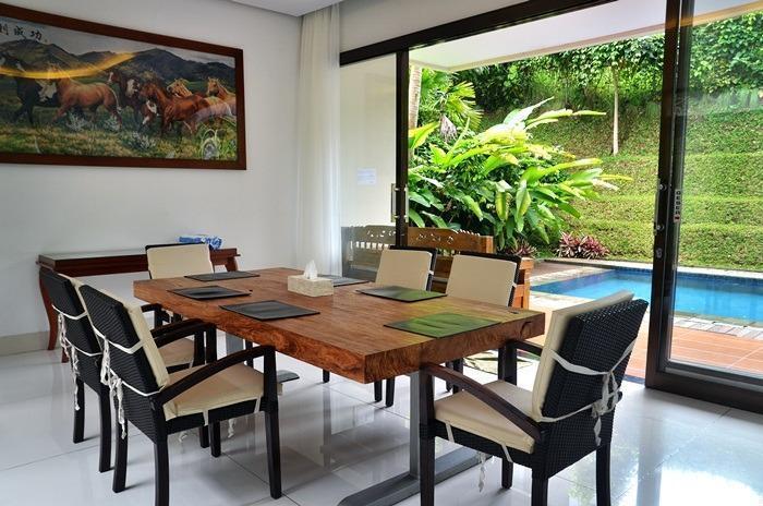 4 BR 1 Villa Dago City View Pool 1 Bandung - Ruang makan
