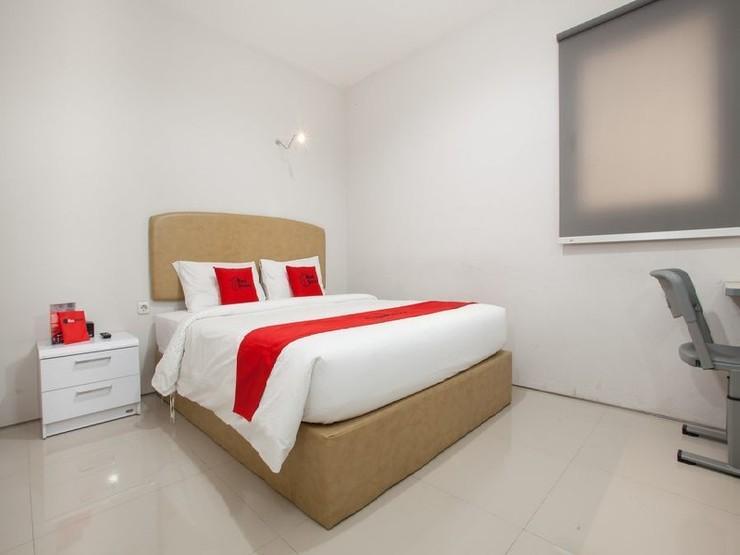 RedDoorz near Pasar Turi Station Surabaya - Guestroom