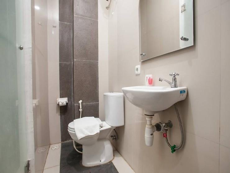 RedDoorz near Pasar Turi Station Surabaya - Bathroom