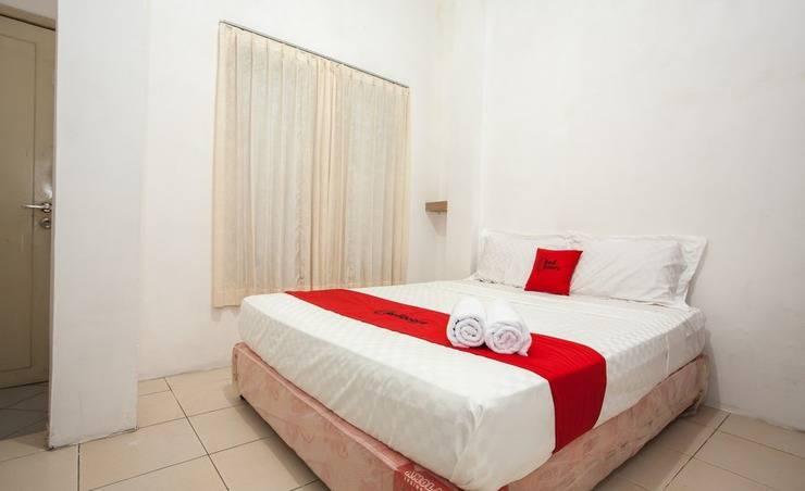RedDoorz near Taman Bungkul Surabaya - Guest room