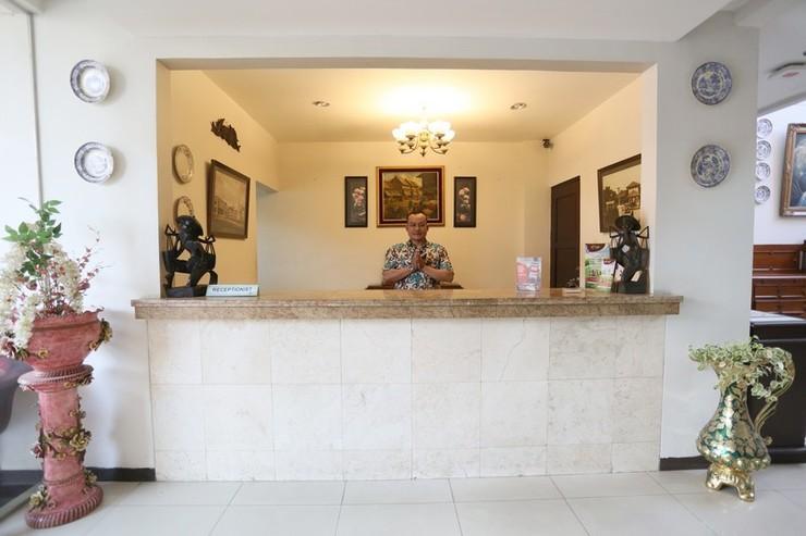 RedDoorz near Braga Street Bandung - Lobbi