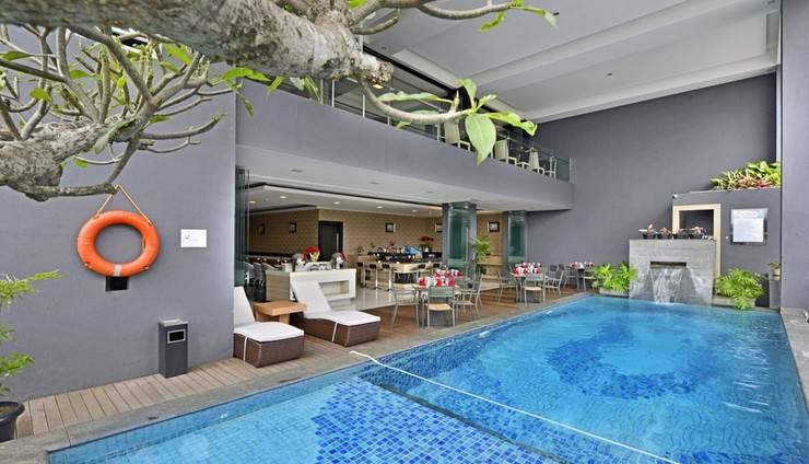 Travello Hotel Bandung -   Swimming Pool