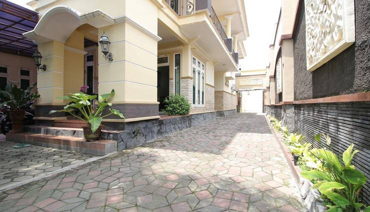 RedDoorz Plus near STIE YKPN Yogyakarta -