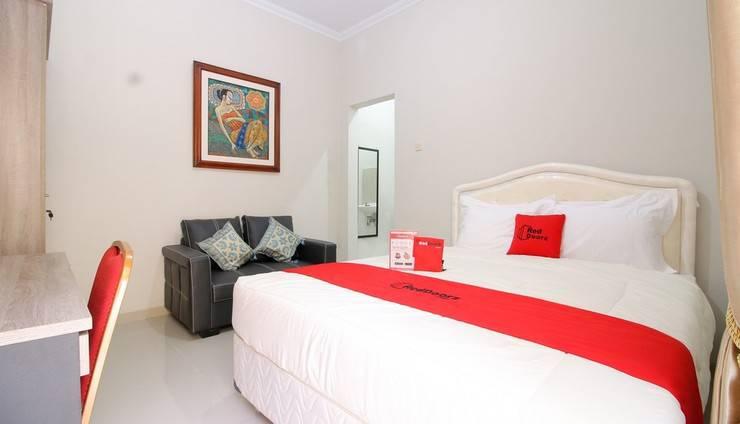 RedDoorz Plus near STIE YKPN Yogyakarta - Guest room