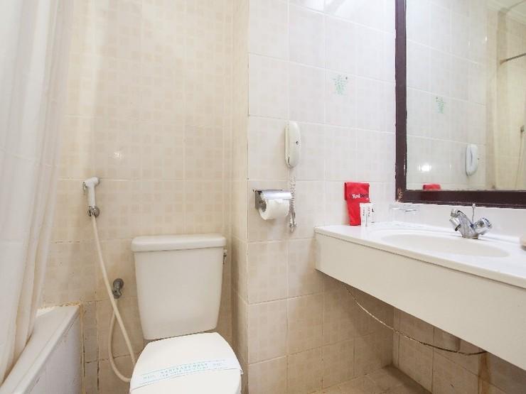 RedDoorz Plus @ Surabaya City Center Surabaya - Bathroom