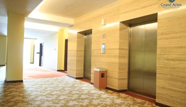 Hotel Grand Artos Magelang - Guest Lift - Corridor