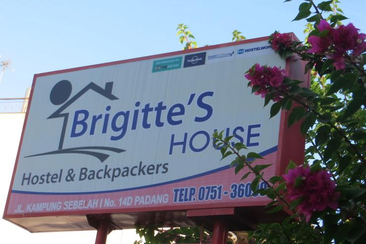 Brigittes House Padang - PAPAN NAMA BRIGITTE HOUSE