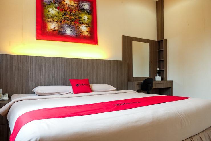 RedDoorz Plus near Living World Pekanbaru Pekanbaru - Kamar Tidur