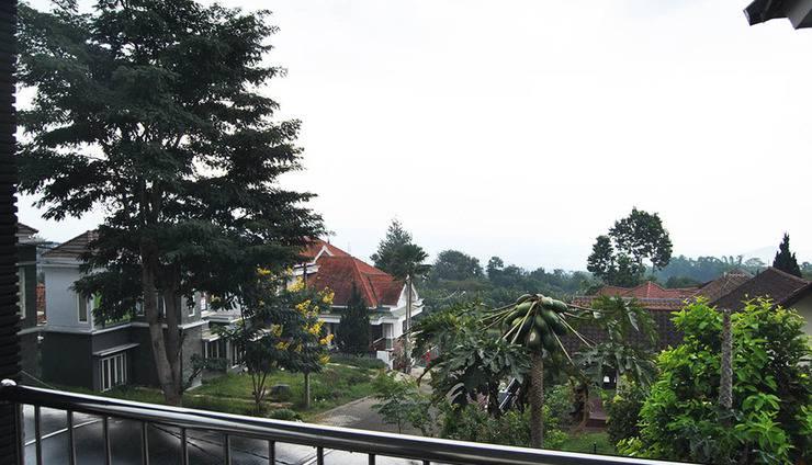 Villa Green Apple Malang - Balkon di lantai 2