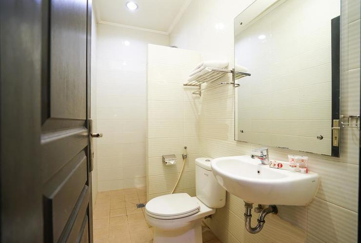 OYO 235 Maumu Hotel & Lounge Surabaya - Bathroom