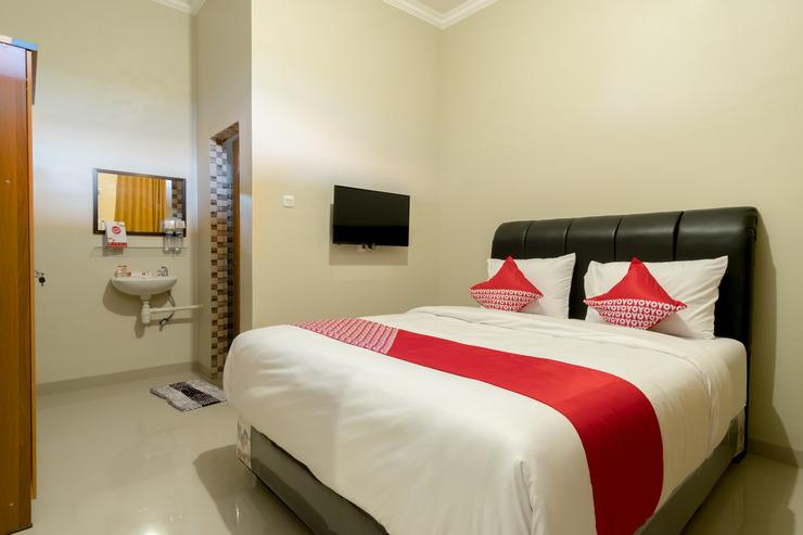 OYO 597 Joyce Guest House Medan - Bed Room