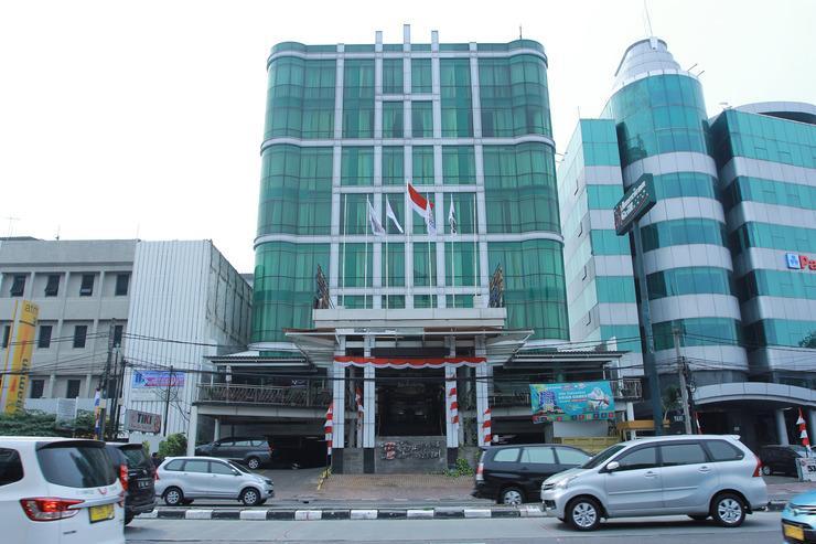 Capital O Business Hotel Jakarta - Facade