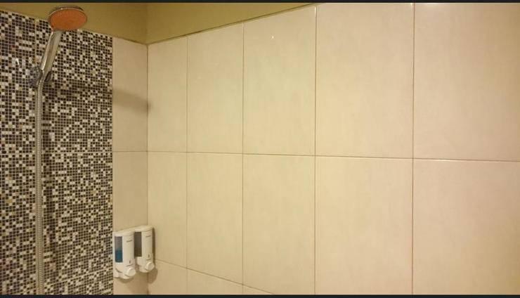 Student Park Hotel & Apartment Yogyakarta - Bathroom Shower