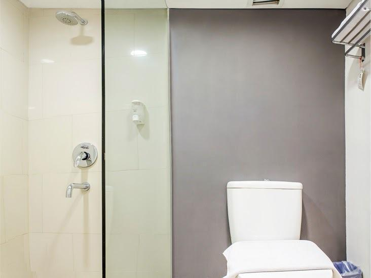 The BnB Jakarta Kelapa Gading - Bathroom