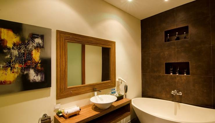 The Widyas Luxury Villa Bali - Bathroom with shower and bathtub