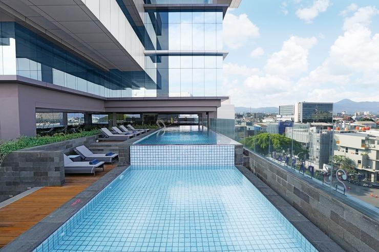 Yello Hotel Paskal Bandung Bandung - Outdoor Swimming Pool