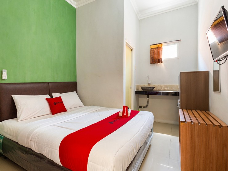 RedDoorz near Juanda International Airport 2 Surabaya - Bedroom
