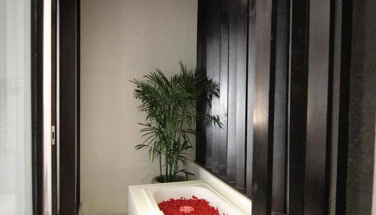 The Diana Suite Tuban Bali - bathtube