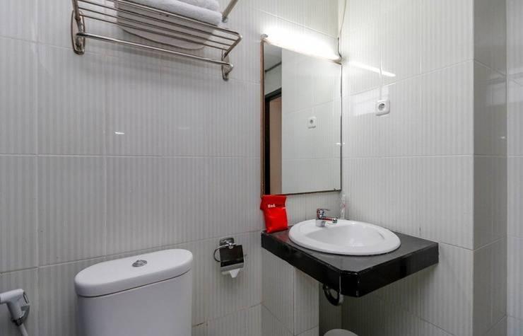 RedDoorz Plus near Karebosi Area Makassar - Bathroom