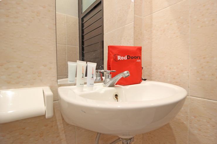 RedDoorz near De Tjolomadoe Solo - Bathroom