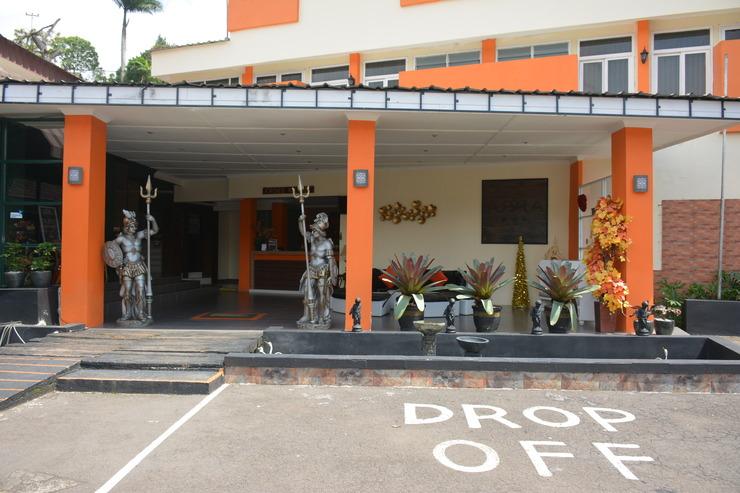 Arra Lembah Pinus Hotel Ciloto - Tampak Depan