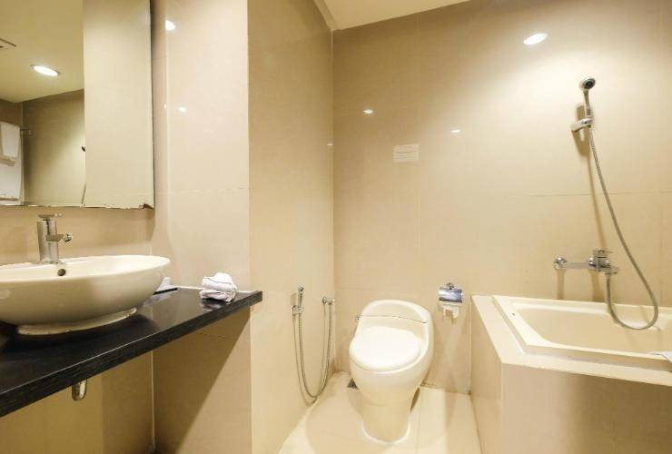 Kenari Tower Hotel Makassar - Bathroom