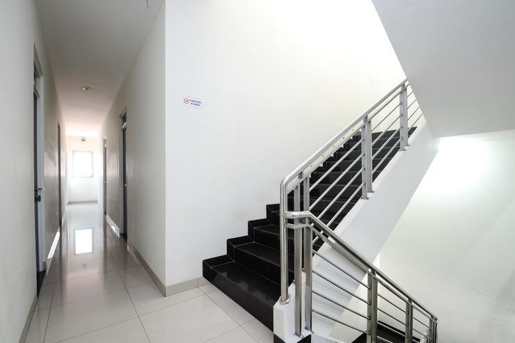 Airy Pecinan Kalikuping Utara 243 Semarang - Stairs